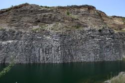 Bazalto kolonos ir ežeras šalia Racos kraterio