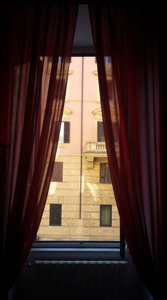 Pro viešbučio langą.