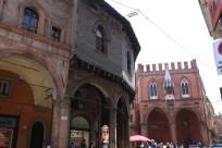 Bolonija, šalia pasvirusių bokštų