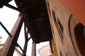 Casa Isolani namo portiko medinės sijos ir trys strėlės