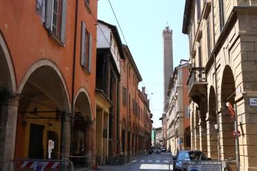 Pasvirę bokštas Asinelli ir Bolonijos gatvelė